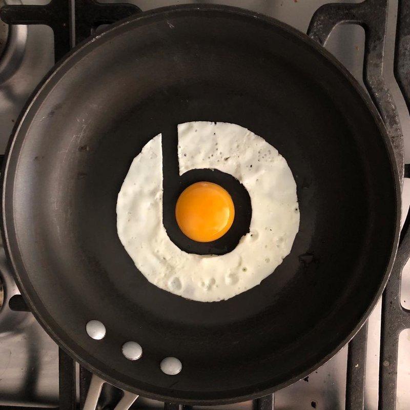 кративная яишница на завтрак