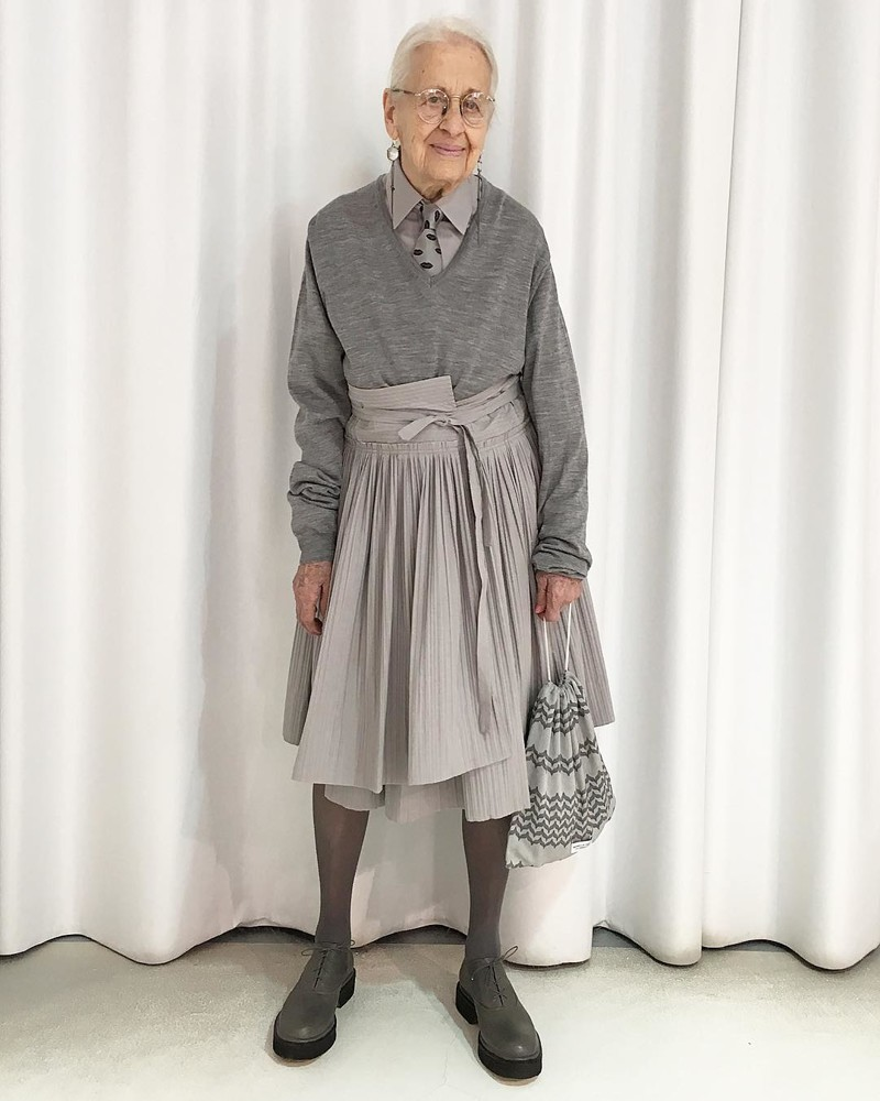 95-летняя жительница Вены покорила Instagram своими стильными луками на фоне штор